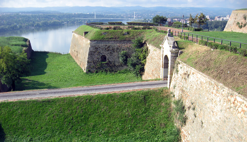foto-7-leopoldov-bastion-i-kurtina-s-dvorskom-kapijom-gradeni-prema-projektu-matije-von-kaiserfelda-iz-1692