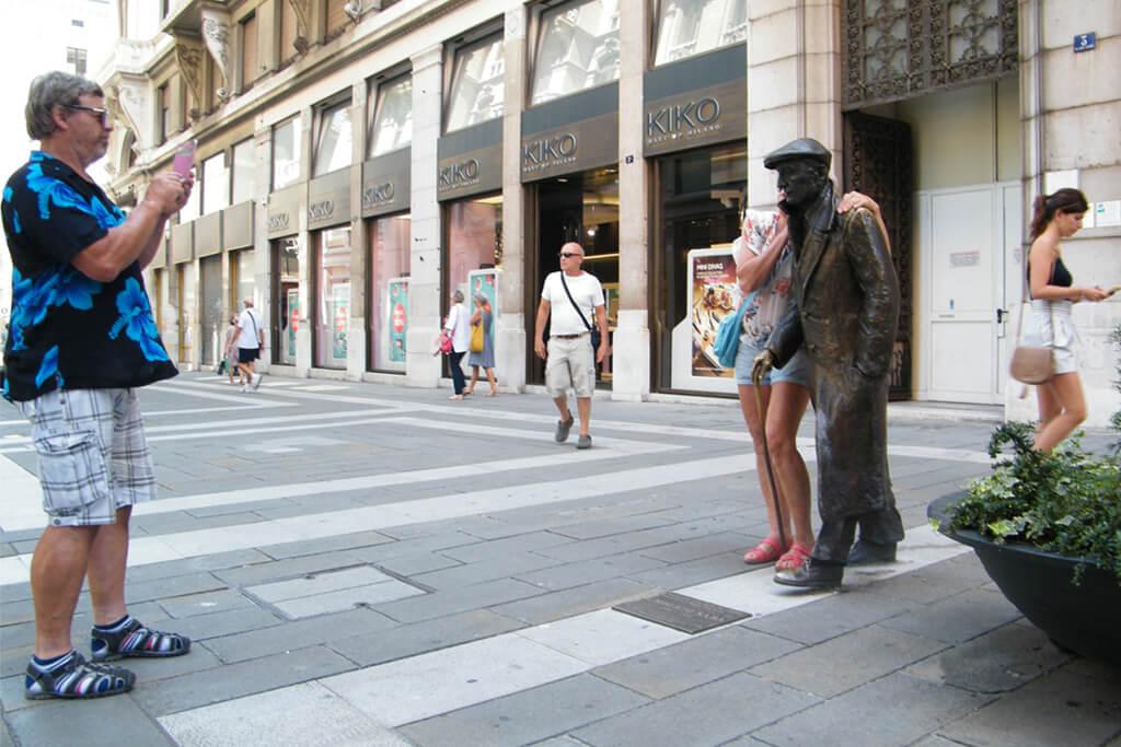 FOTO 5 Spomenik Umbertu Sabi, pored nama poznatog Coin-a