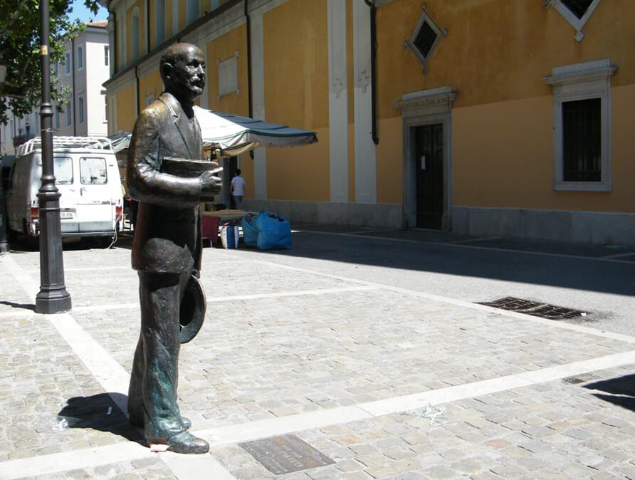 FOTO 6 Spomenik Italu Svevu u univerzitetskoj četvrti